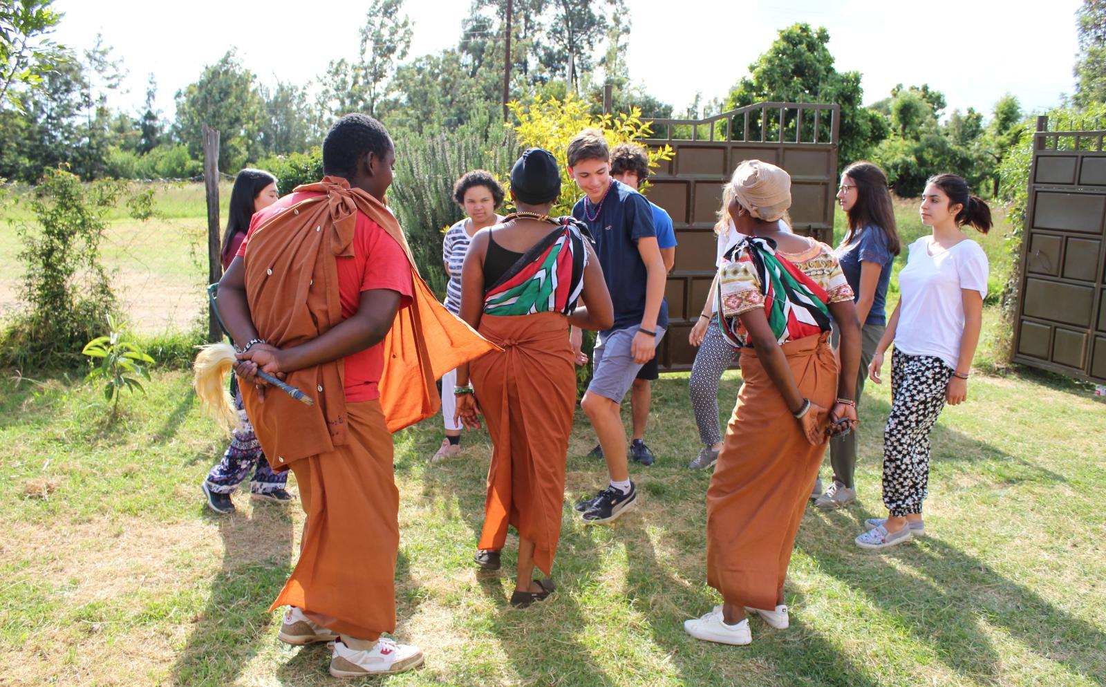 Projects Abroad ungdomsvolontärer lär sig mer om kulturen i Kenya genom traditionella danser och blir mer kulturellt medvetna